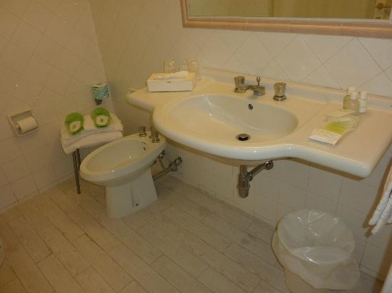 Majestic Palace Hotel: spotless bathroom with green slippers !