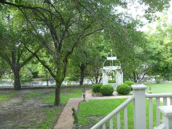 Noble Inns - The Oge House, Inn on the Riverwalk: Backyard gazebow