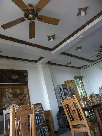 Amarela Resort: Indoor dining area is also a showcase of art and books