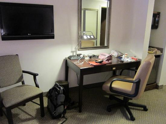 Ann Arbor Regent Hotel & Suites: desk area with flat screen tv