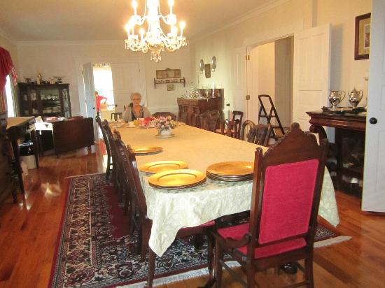 Dr. Flippin's Bed and Breakfast: The beautiful dining room, you can't see much of it from this picture.