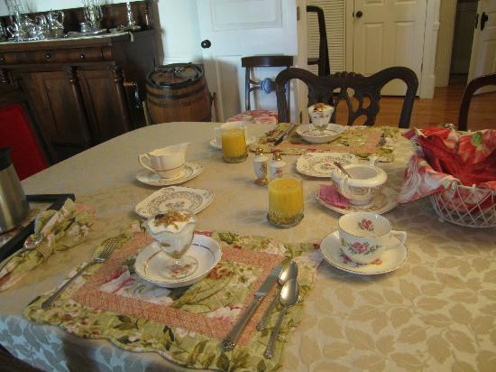 Dr. Flippin's Bed and Breakfast: Such beautiful china and flatware.