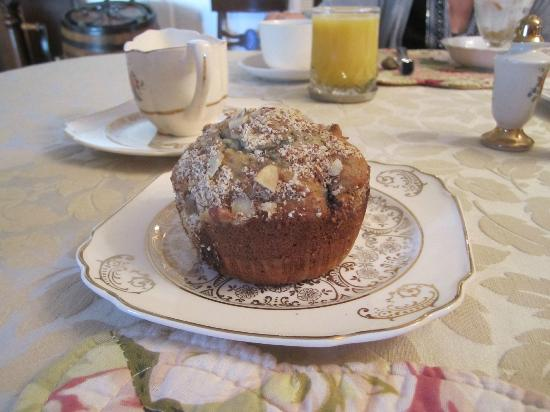 Dr. Flippin's Bed and Breakfast: AWESOME banana blueberry muffins!