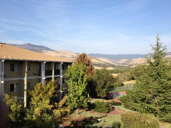 The Village Suites at Ashland Hills: Mountain view from guest room