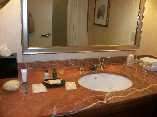 Sheraton At The Falls: bathroom and the extras