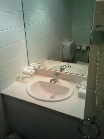 Travelodge Perth: Queen balcony bathroom - small sink area, fine for 1 person but small for 2 people