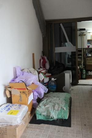 Patong Beach Lodge Phuket: Corridors filled with rubbish