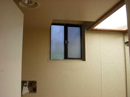 Bay View Inn: Grimy window (not frosted glass, just grime) in bathroom