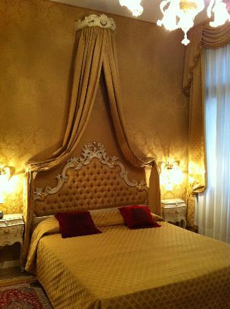 Ca' Bonvicini: Luxurious furnishings in our room