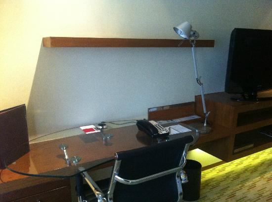 Manila Marriott Hotel: work desk
