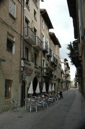 Puente la Reina, Spanien: The frontage and narrow access.