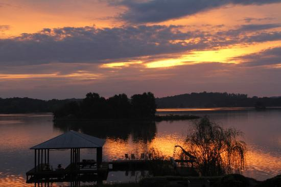 River Rest Bed and Breakfast - Birmingham: Sunrise over lake with clouds