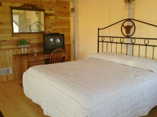 K3 Guest Ranch Bed & Breakfast: King Size Bed