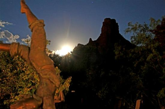 Adobe Village Graham Inn: Moonset over Adobe Village Graham