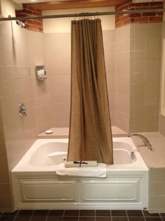 The Common Man Inn: jetted tub in Sunapee Suite