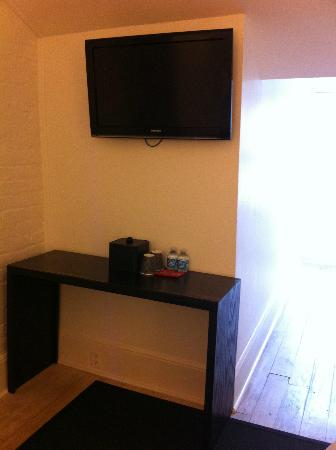 Hotel Royal: Desk and tv in room MH-39