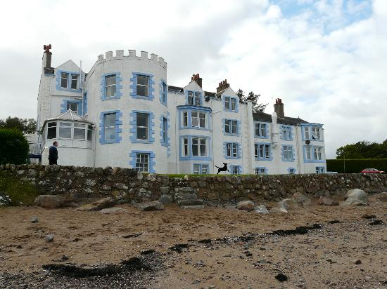 Auchencairn, UK: Balcary Bay Hotel from the beach