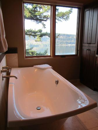 Columbia Cliff Villas Hotel: Tub with a view