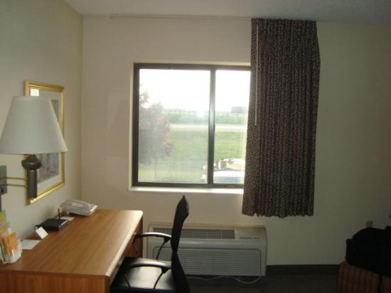 La Quinta Inn Toledo Perrysburg: Turn around and you can see the expressway out the window...