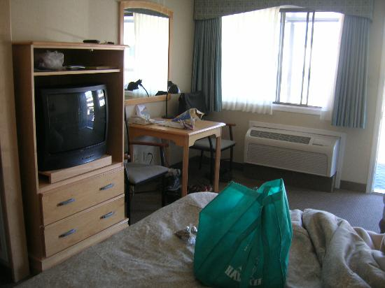 Mount Robson Inn : Basic room - an easy chair is to the right