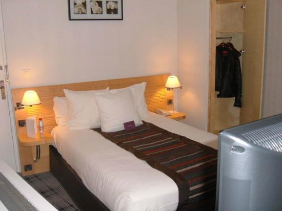 Mercure Tours Centre Gare : Bedroom with good adjustable lights for reading!