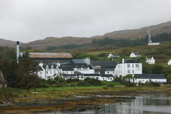 Jura Hotel: View of the hotel and distillery from the hotel pier
