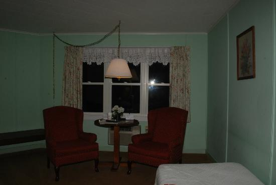 Highbrook Motel: in room seating area