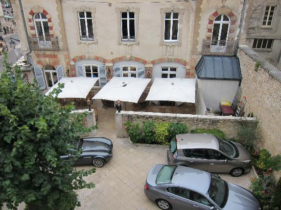 L'Hotel De Beaune: outside our window overlooking hotel courtyard
