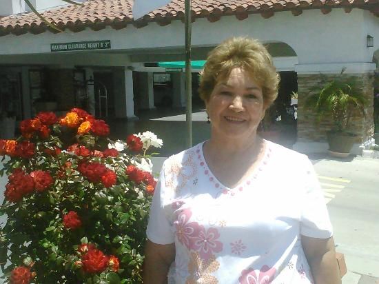 Holiday Inn San Clemente: Mom in front on Holiday Inn.