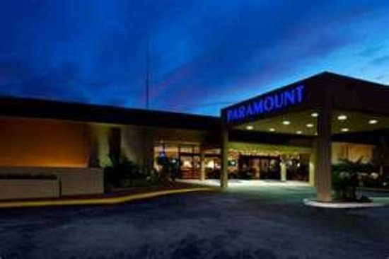 Paramount Plaza Hotel & Suites: Main Entrance
