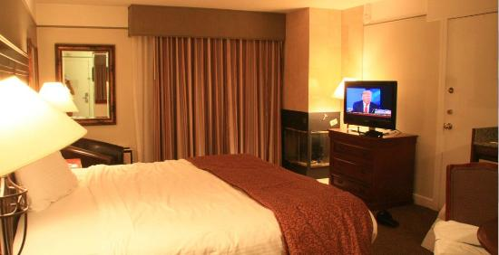 Yarrow Hotel and Conference Center: Newer room with fireplace, flat panel TV