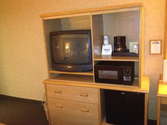Days Inn Salem: TV armoire