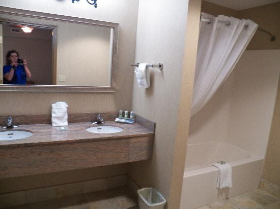 Country Inn & Suites/Hagerstown: bath