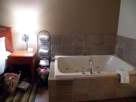 Country Inn & Suites/Hagerstown: jacuzzi in bedroom