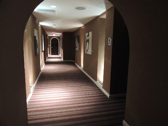 Glenwood Hot Springs Lodge: spa hallway