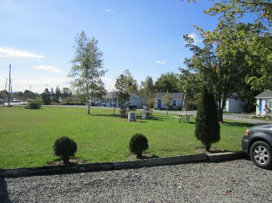 Isleview Motel and Cottages: View from reception / front motel rooms