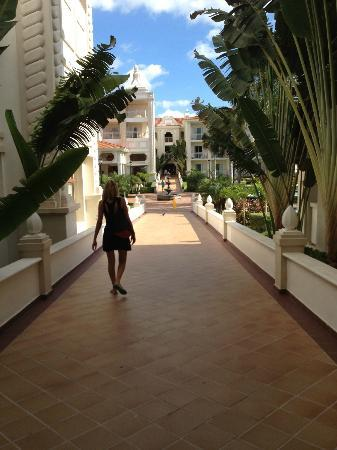 Riu Palace Riviera Maya: Walking out of the rooms area