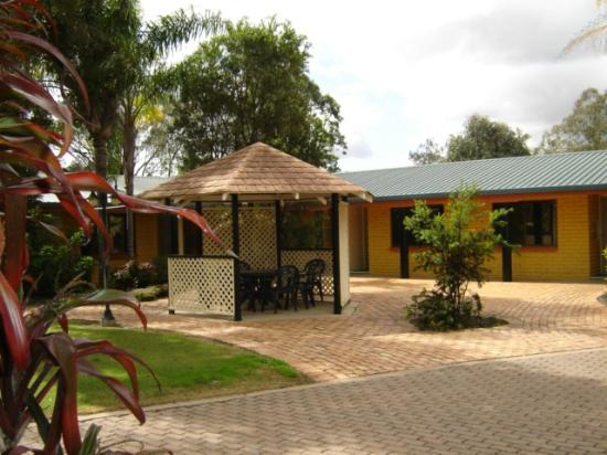 Billabong Motor Inn: Gazebo & court yard
