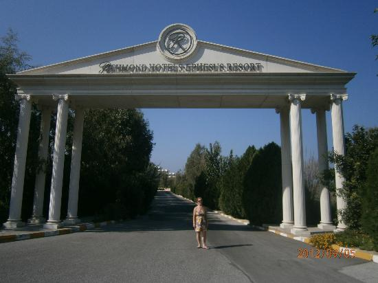 Richmond Ephesus Resort: The entrance to the hotel's drive