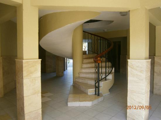 Richmond Ephesus Resort: Steps in the garden rooms block