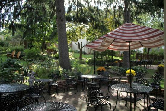 Brickhouse Inn Bed & Breakfast: Gardens and tables