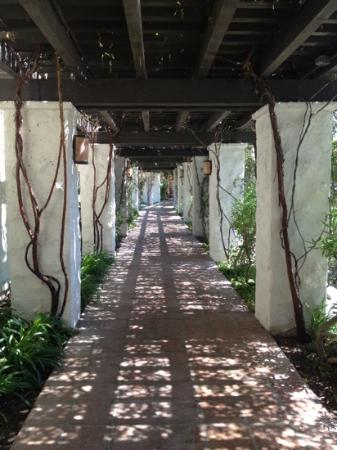 Westlake Village Inn: Breezeway