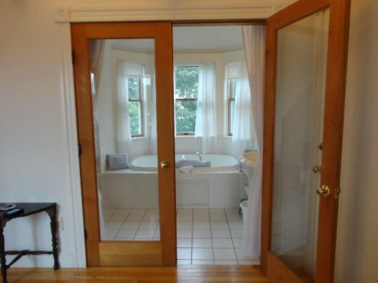 Atlantic Ark Inn: Doors to the bathroom