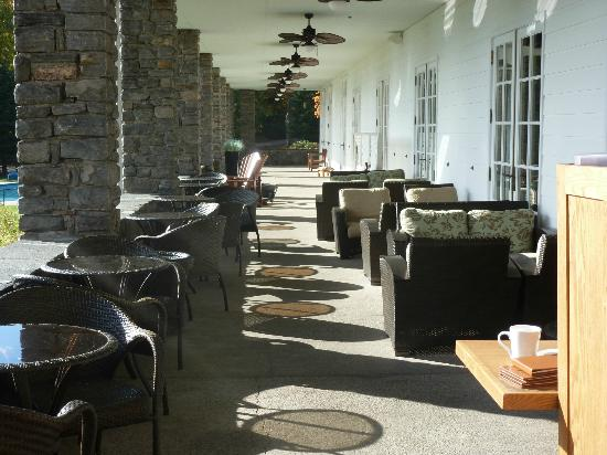 Windermere, Kanada: Dining patio overlooking lake