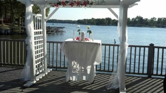 Lighthouse Lodge B&amp;B: Wedding held on deck overlooking lake