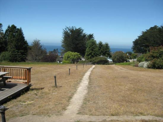 Inn at Schoolhouse Creek: country path on the grounds overlooking the sea
