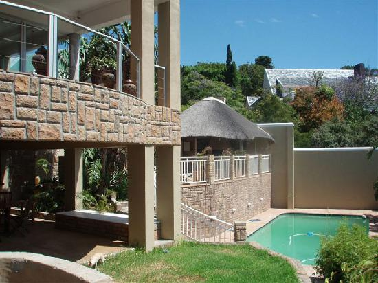 Villa Casa Guest House: View of swimmingpool and barbeque areas