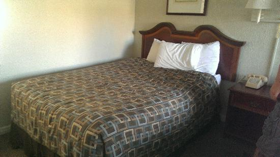 Smokyland Motel: Bed was neatly made,but Hubby had to sit on it to see if it was comfortable.