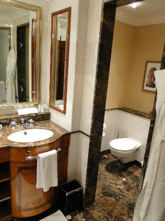 Ritz Carlton: Bathroom (2)