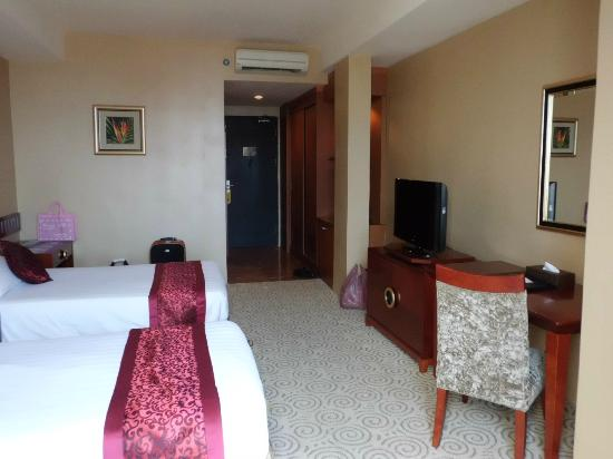 Crown Vista Hotel: inside view, got Lcd tv, Mini Bar with mini-fridge, cupboard with safe-deposit inside